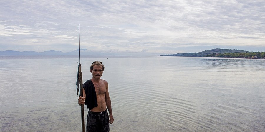 A spear fisherman hunts for breakfast