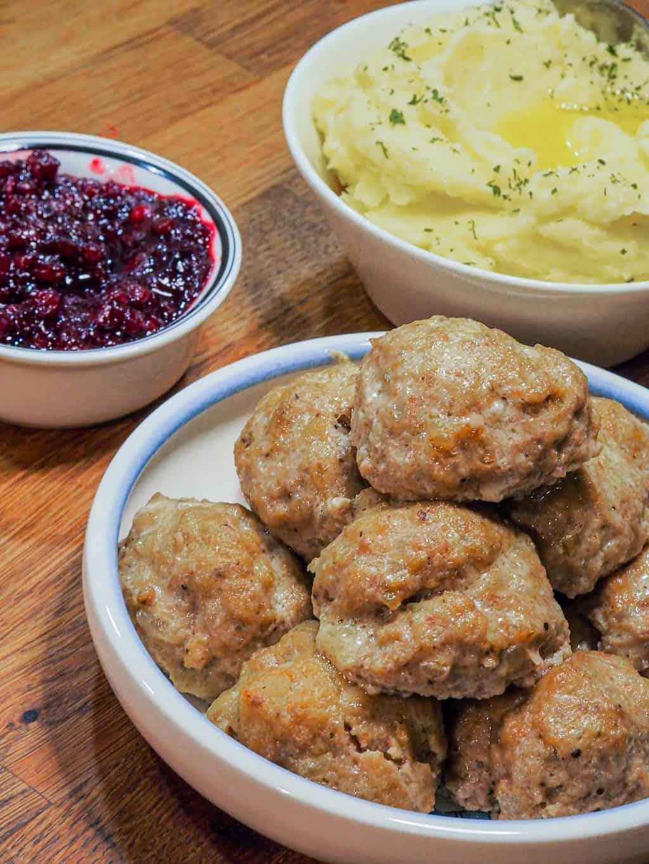 Lihapullat muusilla ja puolukkahillolla (Meatballs with mashed potatoes and lingonberry jam)