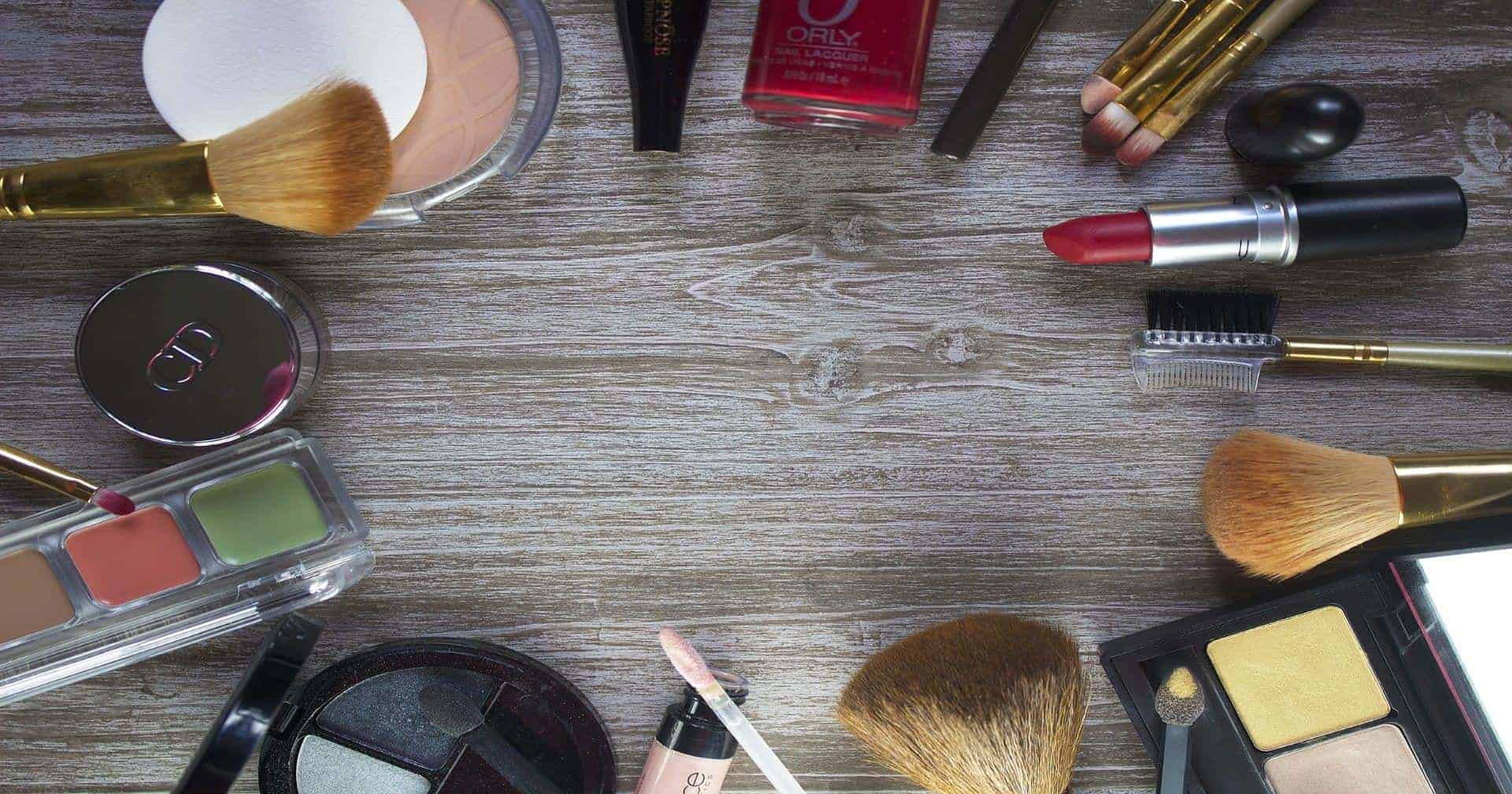 Minimalist Travel Makeup Packing List for Travelers