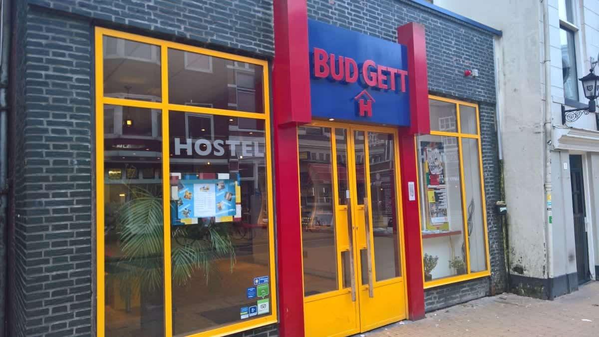 Budget hostels, hostel saving tips